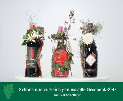 Weinflaschen mit Blumen dekoriert